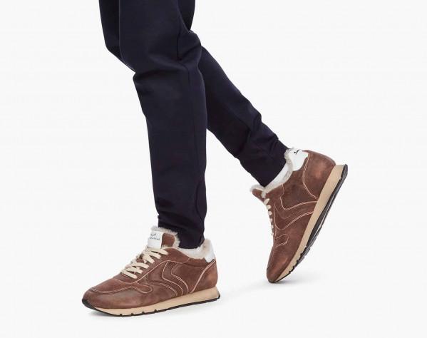 LIAM PUMP FUR - Sneaker in suede effetto vintage con interno in shearling - Marrone